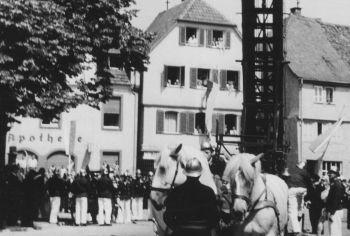 Übung / Präsentation / Übung der Freiwilligen Feuerwehr Bensheim am 07.07.1957 am Hospitalbrunnen.